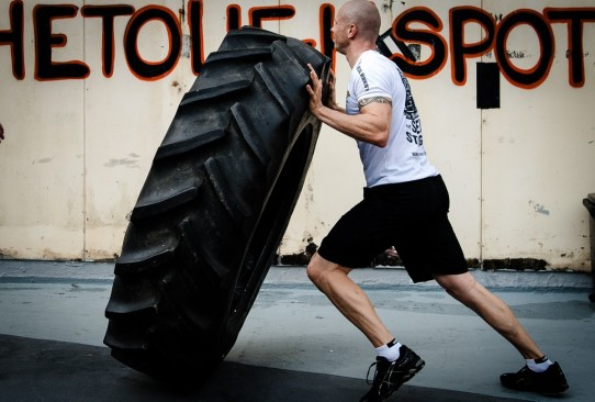 tyre_flipping_hardcore_training_crossfit_cavemantraining_gym_workout_training_fitness-1288305