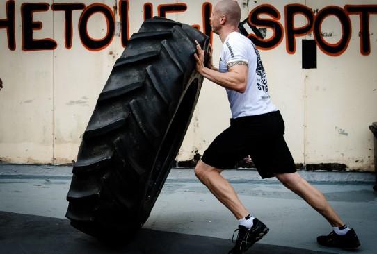 tyre_flipping_hardcore_training_crossfit_cavemantraining_gym_workout_training_fitness-1288305